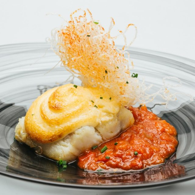 Cod gratin with soft crust of garlic and Murcian ratatouille